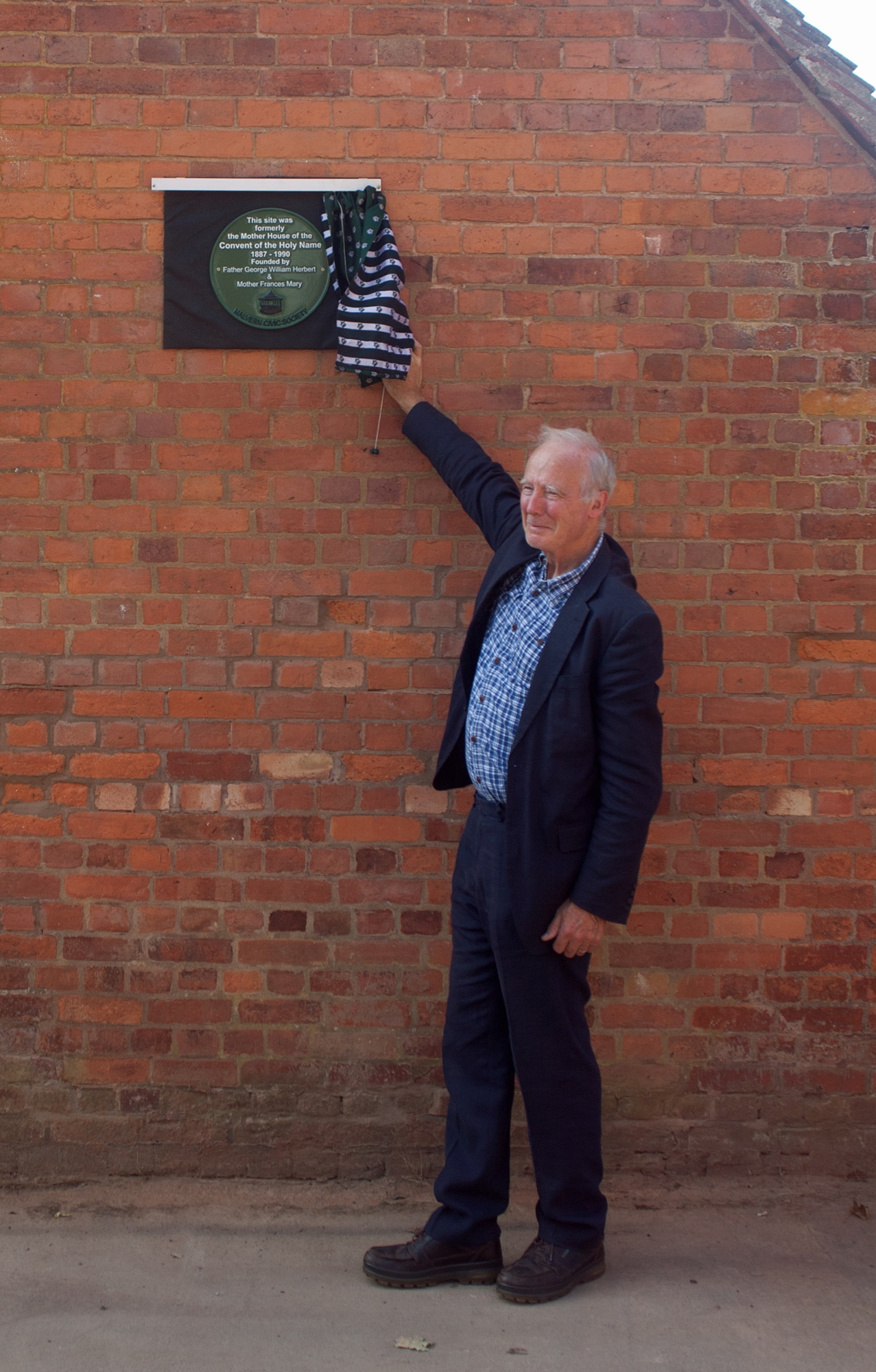 Andrew Huntley unveiling the plaque