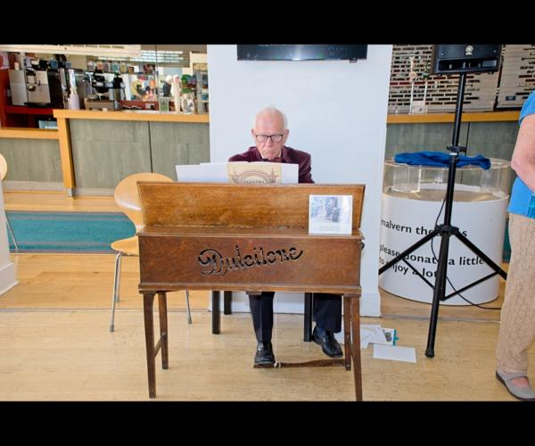 Carleton Tarr playing the Dulcitone